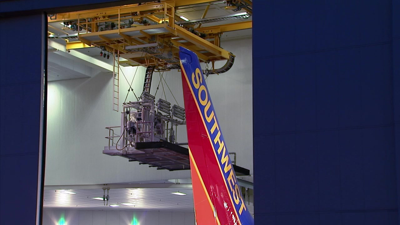 Southwest's First 737-800 Shows Its Colors