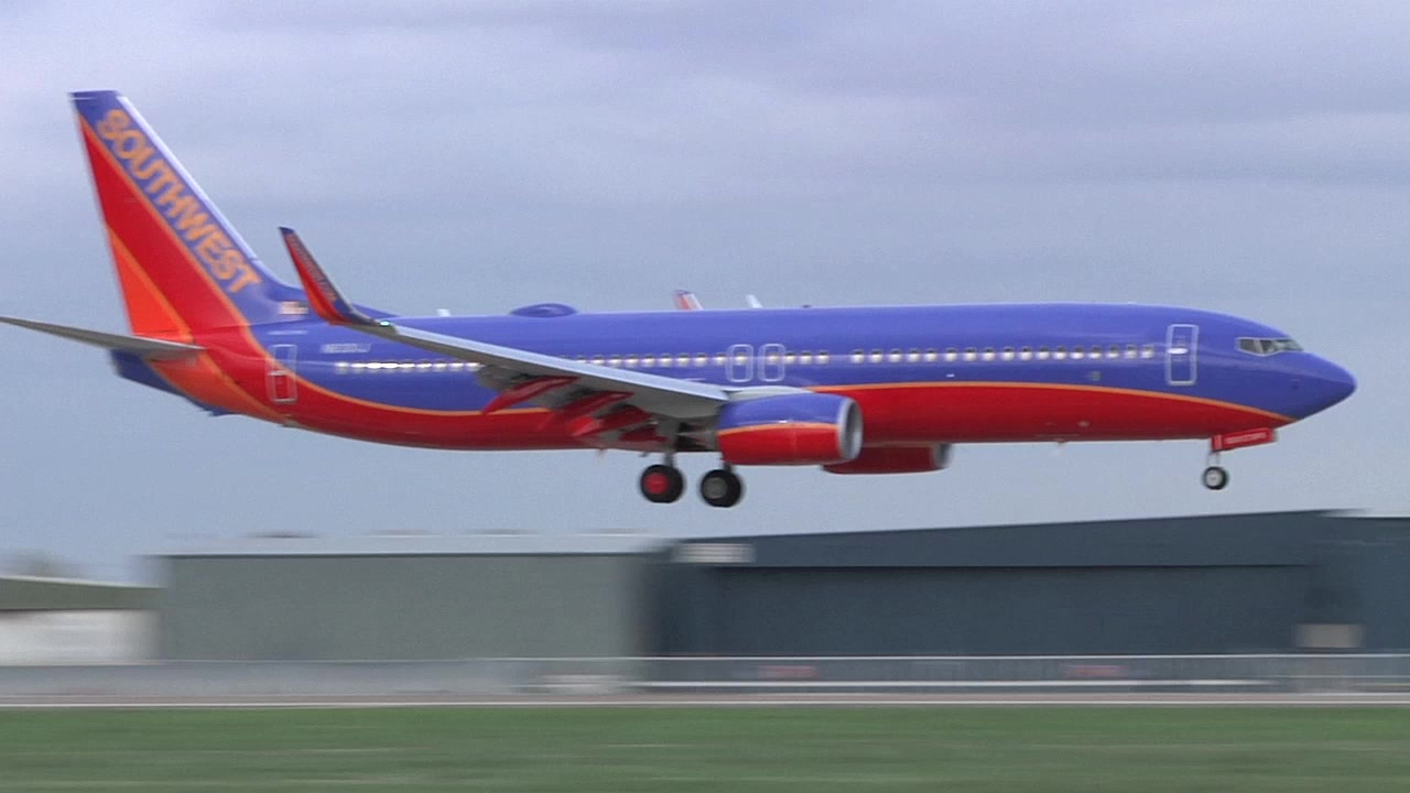 Southwest's First 737-800 Arrives at Dallas Love Field